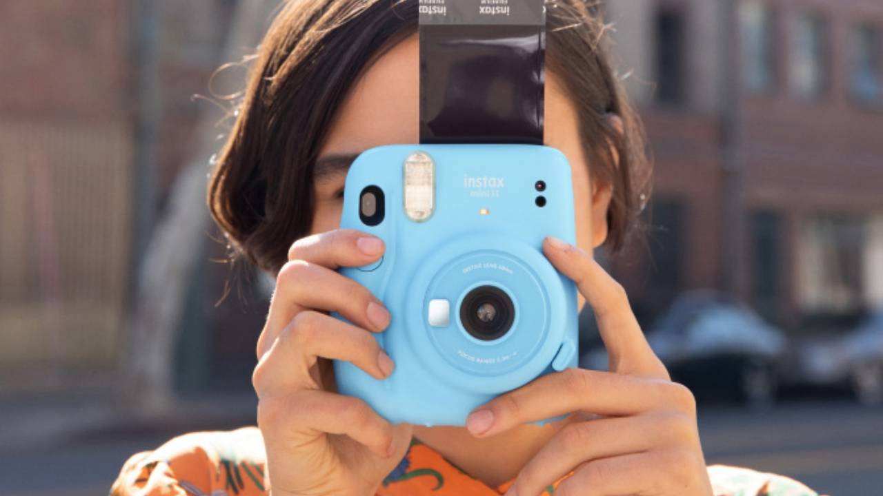A fujifilm instax mini 11 é uma câmera polaroid ideal para os pais nostálgicos
