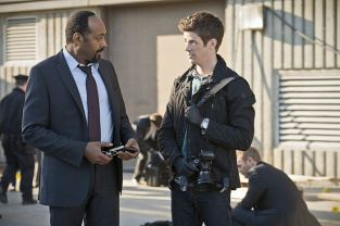 """The Flash -- """"Power Outage"""" -- Image FLA107b_0086b -- Pictured (L-R): Jesse L. Martin as Detective Joe West and Grant Gustin as Barry Allen -- Photo: Diyah Pera/The CW -- © 2014 The CW Network, LLC. All rights reserved."""