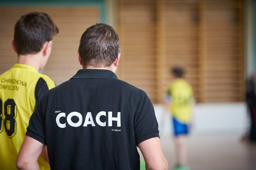 coach sportif accompagne joueur à la performance