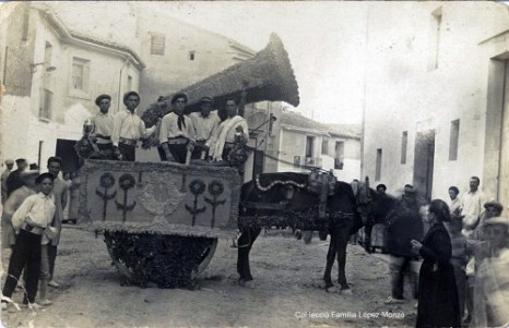 """Carrer Joanot Martorell. Al fons la Plaça de la Bàscula; a l'esquerra la """"Drogueria El Siglo"""" i l'accés a la Plaça del Dau. (principis del segle XX). [Col·lecció Família López Monzó]"""