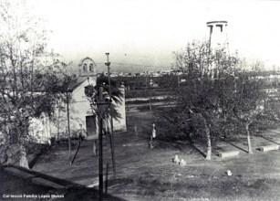 Vista de l'ermita i el dipòsit d'aigua en torn a l'any 1944. [Col·lecció Família López Monzó]