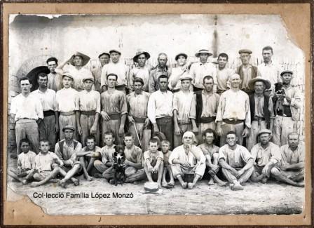 Treballadors del Rajolar d'Onofre Sanmartín (Foto de Indústria fotogràfica R. Sanchis, any 1929) [Col·lecció Família López Monzó]