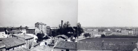 Al fons les xemeneies de Turégano, vistes des de les teulades del carrer La Pau/Cervantes (Foto: M.A. G)