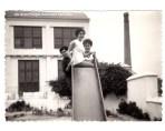 Fotografía al Molí de Vila en l'any 1956 (Al Fons el fust del fumeral industrial).