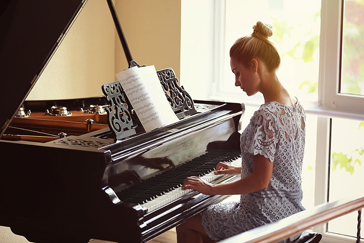 girl playing piano quassica music