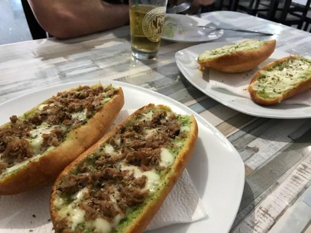 Pan de ajo de queso y de atún