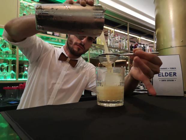 Preparación cocktail Terraza Elder Santa Catalina