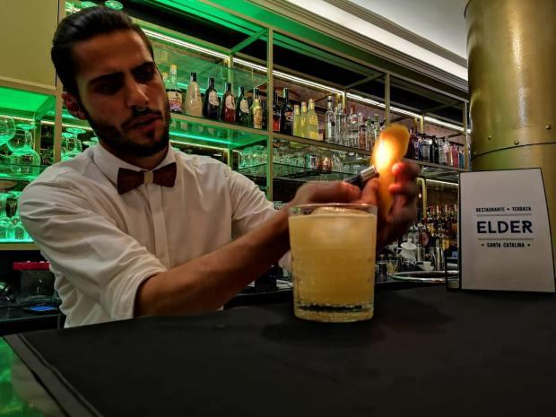 Preparación cocktail Terraza Elder