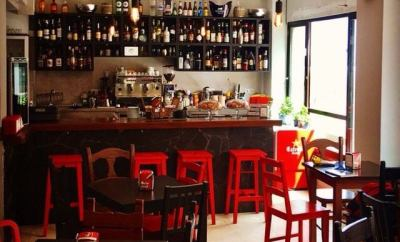 Interior local alice café