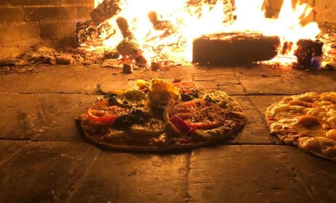 pizzas en el horno de leña