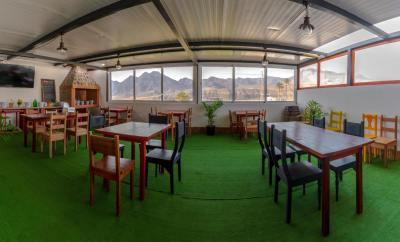 interior restaurante grill en la aldea el palmito