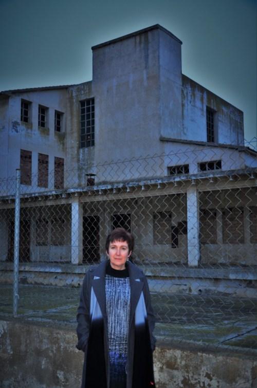 Silvia Isábal frente a la nave abandonada de la fábrica de la leche condensada Marinete, Industrias Lácteas Pirenaicas, en Binéfar. Imagen: Paco Aznar.