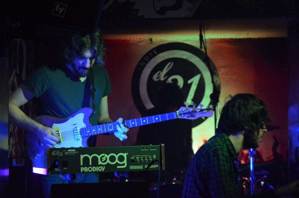El sólido sonido de la banda se consigue con una precisión milimétrica y una cuidada instrumentación.