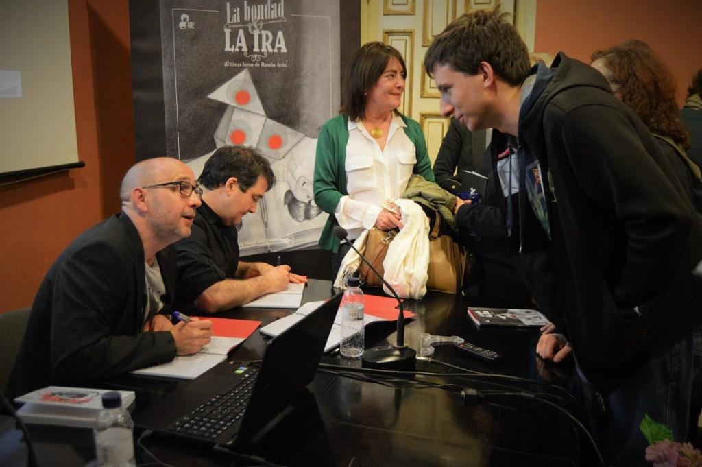 Juan Pérez y Daniel Viñuales firmando ejemplares de La bondad y la ira