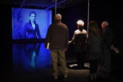 Visitantes utilizando la instalación de Scriabin's Subjectivity