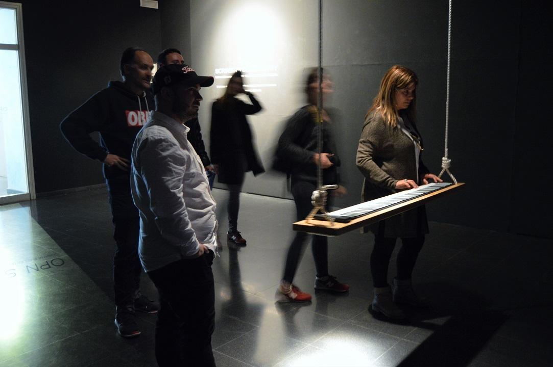 La concejala de cultura del Ayuntamiento de Huesca, Yolanda de Miguel, no se resistió a utilizar la instalación.