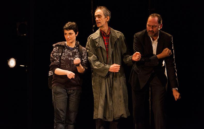 Elena Rayos, César Sarachu y Daniel Albadalejo haciendo de barrenderos en una escena de Reikiavik, de Juan Mayorga.