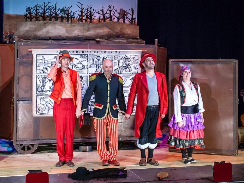 """Los Titiriteros de Binéfar en una función de """"El bandido Cucaracha""""."""
