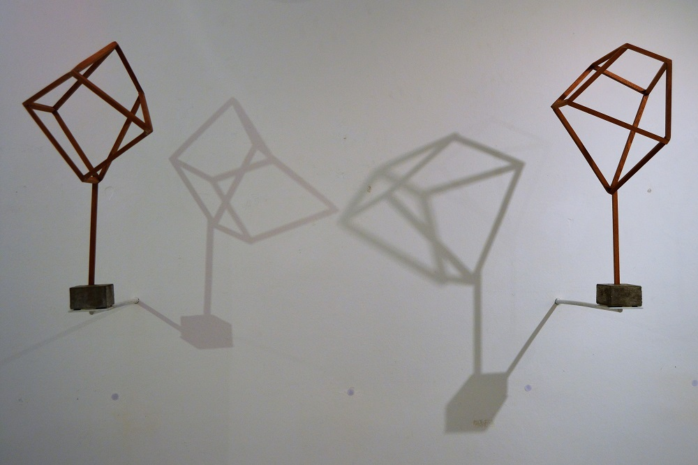 Esculturas y sus respectivas sombras. Obras pertenecientes a Spaces and Portraits, de Lorenzo Sanjuan-Pertusa.