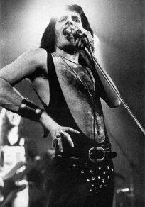 freddie-mercury-on-stage-in-70s1