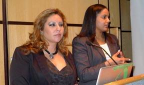 Las abogadas karina E. Alomar y A. Camila Ponpin explicando las leyes familiares. Fotos Javier Castaño