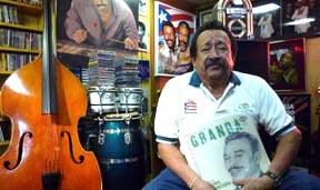 Humberto Corredor en el sótano de su casa en Flushing, Queens. Foto Javier Castaño