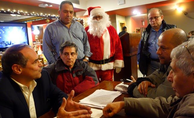 En el restaurante Boulevard de Queens, desde la izquierda, el congresista Jaime Buenahora,