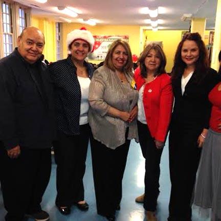Miembros de LULAC rodean a la jueza Carmen Velásquez de la Corte Suprema del estado de Nueva York.