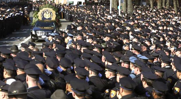 Entierro del policía Rafael Ramos, rodeado de sus colegas en NYC.
