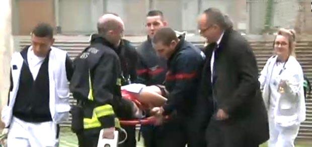 Las autoridades atendiendo a uno de los heridos en Paris, Francia.