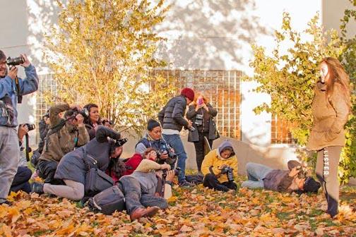 Estudiantes participando en una clase de fotografía al aire libre de Project Luz.