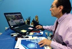 Luis Sánchez, el gerente de la oficina de ATAX en Woodside, Queens. Fotos Javier Castaño