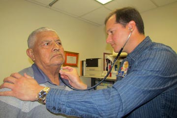 El Doctor Manuel Vásquez examinando a Bairon Freire, quien es paciente de cáncer de próstata en la clínica Plaza del Sol en Corona. Fotos Percy Luján
