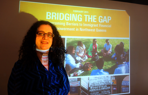 Valeria Treves de NICE al lado de la proyección de la portada del informe. Fotos Javier Castaño