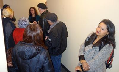 Al fondo, Leslie Ramos en el pasillo para entrar a su oficina, y a la derecha, contra la pared, Tania Matto. Fotos Javier Castaño