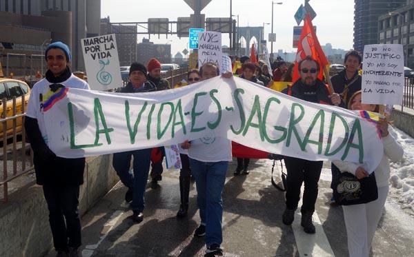 Los colombianos marchando sobre el Puente Brooklyn en apoyo a la paz y la vida en Colombia.