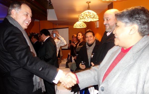 El Procurador Ordóñez saludando a sus compatriotas en el Restaurante Boulevard de Jackson Heights, Queens. Fotos Javier Castaño