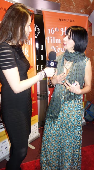Diana Vargas, directora artística del Havana Film Festival, frente a las cámaras en la alfombra roja.