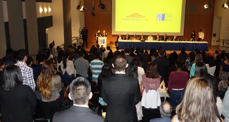 En el auditorio del Centro de Graduados de CUNY se reunieron más de 200 'dreamers' o soñadores con sus padres.
