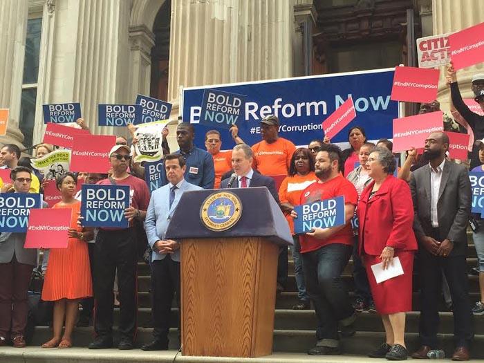 El fiscal Schneiderman, al centro, anunciando el proyecto de ley anti corrupción en la legislatura estatal de Albany, capital del estado de Nueva York.