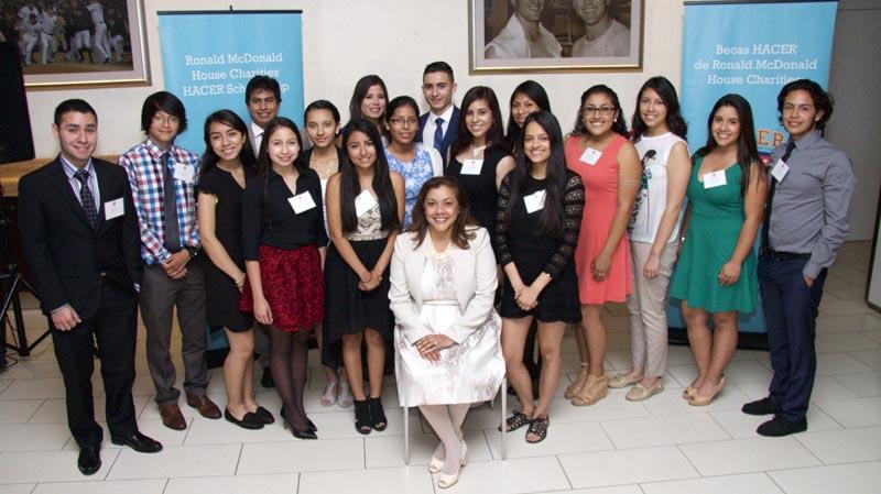 Estudiantes junto a la jueza Sallie Manzanet-Daniels (sentada). Foto cortesía
