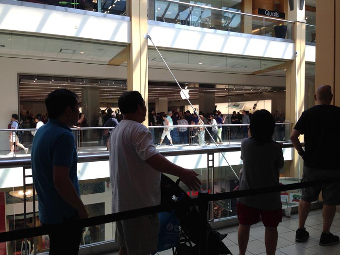La fila para ingresar a la tienda Apple el día de su inauguración era extensa y muy animada.