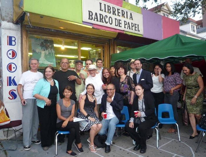Nereo acompañado de un grupo de amigos y admiradores en la librería Barco de Papel de Jackson Heights, Queens.
