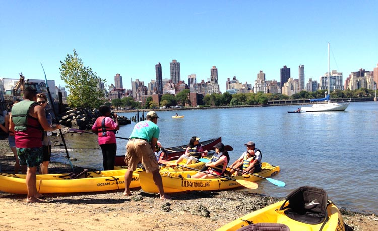 Lugar de partida de los kayak al lado del Parque Sócrates en Long Island City.