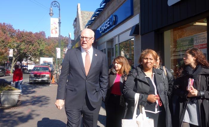El congresista Joseph Crowley y su comitiva caminando por la calle 82 de Jackson Heights, Queens.