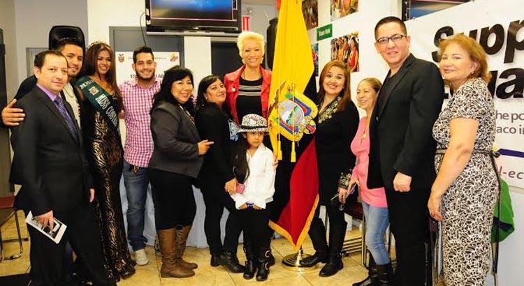 Algunos de los asistentes al lanzamiento del video Yo me amo más en el Consudado de Ecuador en Queens. Foto Yesenia Pazos