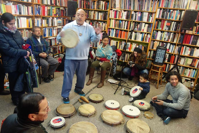 José L. Ruiz de BombaYo hablando sobre la bomba y plena y soteniendo una pandereta.