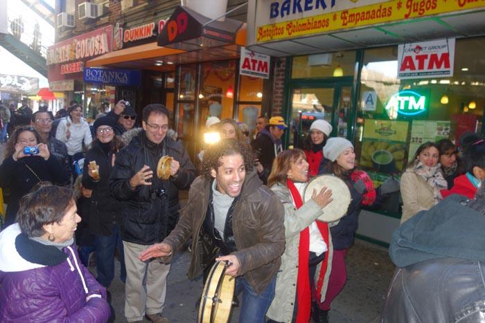 Luis Salgado al frente de la Parranda de Reyes en la Avenida Roosevelt de Jackson Heights, Queens.