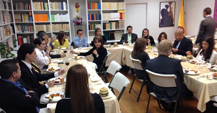 Los periodistas que acudieron al llamado de la cónsul María Isabel Nieto, en el centro al fondo.