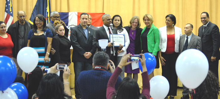 El presidente del Desfile Dominicano de Queens, recibe una proclama al lado de la presidenta Melinda Katz y otros domunicanos.